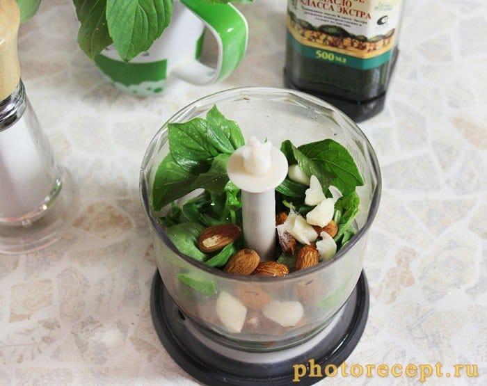 Фото рецепта - Шницель с соусом песто под сыром - шаг 2