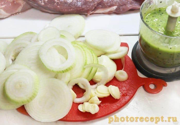 Фото рецепта - Свиной шашлык в маринаде из киви с мятой - шаг 3