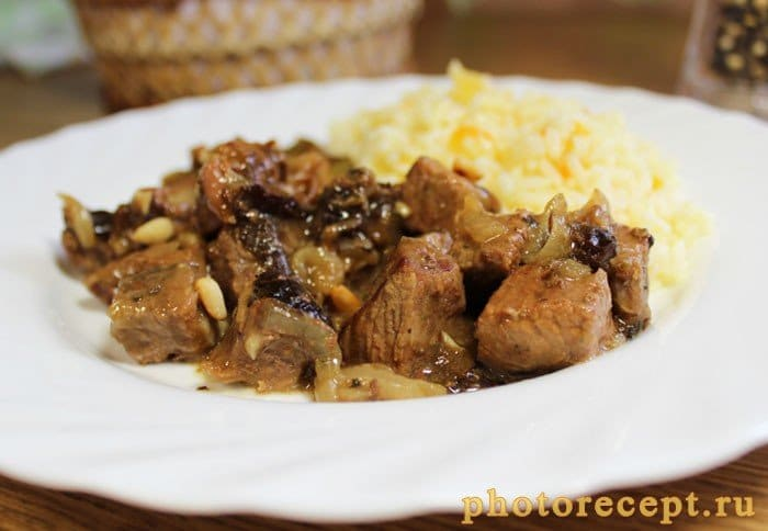 Фото рецепта - Тушеная говядина с черносливом и орешками - шаг 7