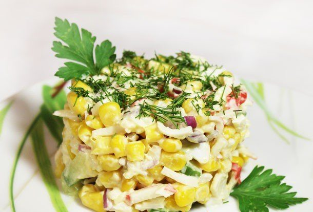 Крабовый салат с кукурузой и рисом