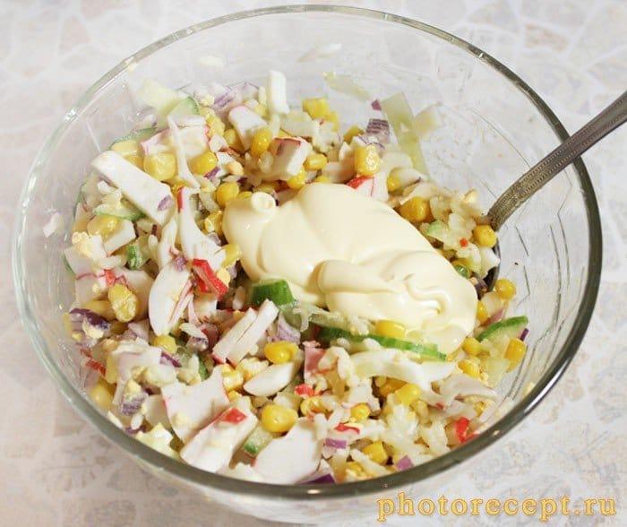 Фото рецепта - Крабовый салат с кукурузой и рисом - шаг 4