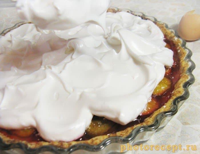 Фото рецепта - Пирог со сливами и итальянской меренгой - шаг 12