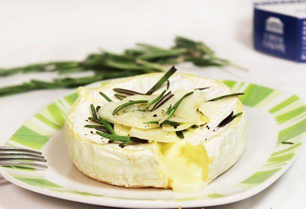 Сыр Камамбер, запеченный с дольками чеснока и розмарином
