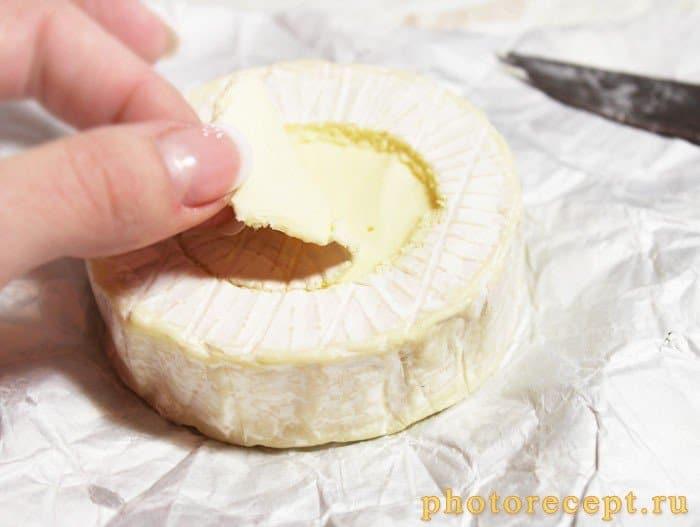 Фото рецепта - Сыр Камамбер, запеченный с дольками чеснока и розмарином - шаг 3