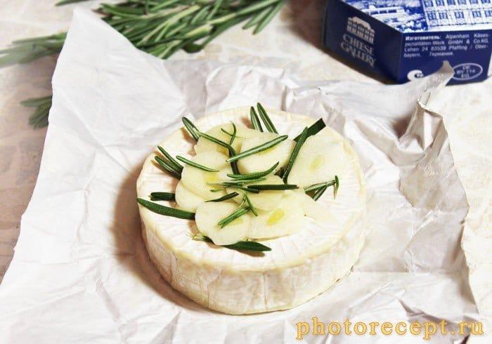 Фото рецепта - Сыр Камамбер, запеченный с дольками чеснока и розмарином - шаг 4