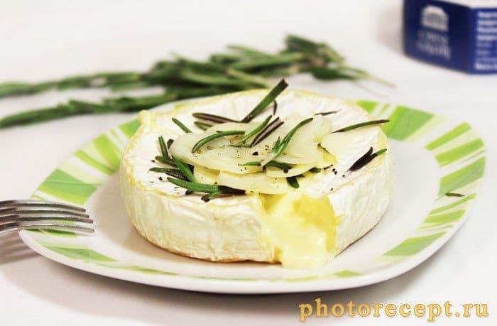 Фото рецепта - Сыр Камамбер, запеченный с дольками чеснока и розмарином - шаг 5