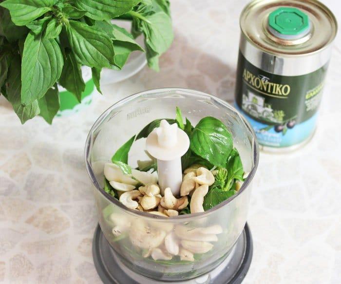 Фото рецепта - Пикша (треска), запеченная в духовке, под соусом песто - шаг 2