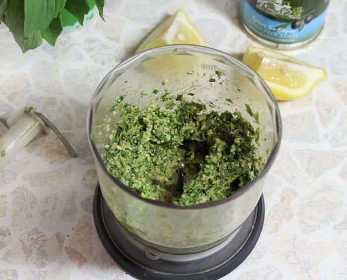 Фото рецепта - Пикша (треска), запеченная в духовке, под соусом песто - шаг 3