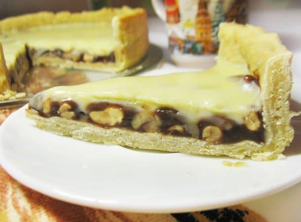 Пирог с орехами и ириской под белым шоколадом - рецепт с фото