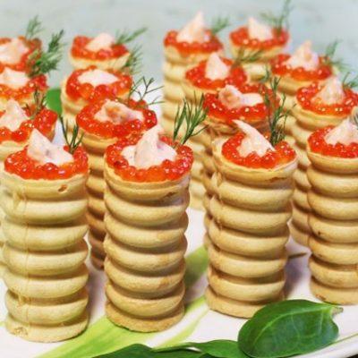 Тарталетки с нежным муссом из красной рыбы - рецепт с фото