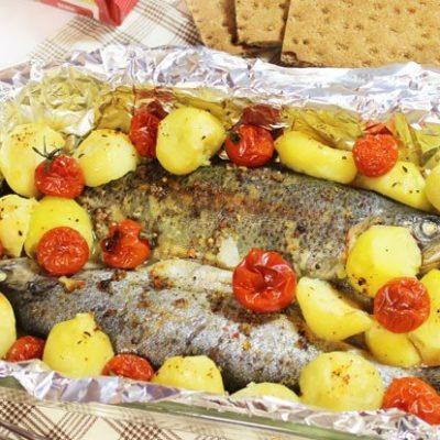Пикантная форель, запеченная с овощами в духовке - рецепт с фото