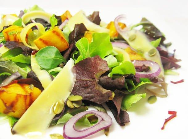 Легкий салат с тыквой и сыром