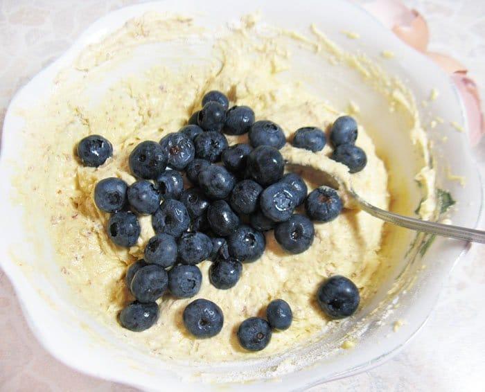 Фото рецепта - Миндальные кексы с голубикой - шаг 6