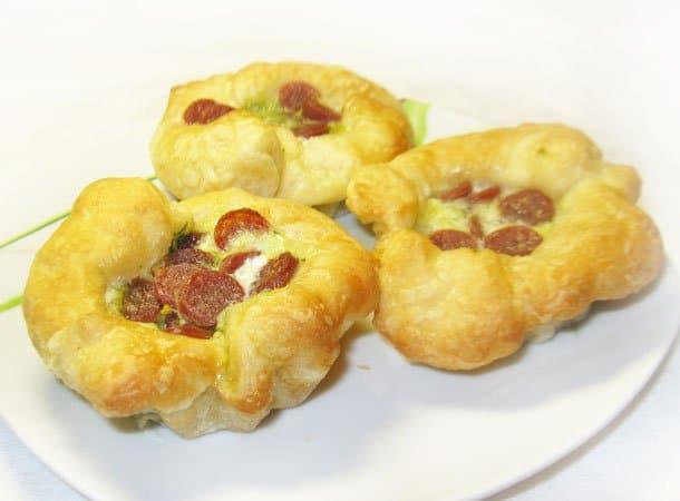 Открытые дрожжевые пирожки со шпинатом и пиколини