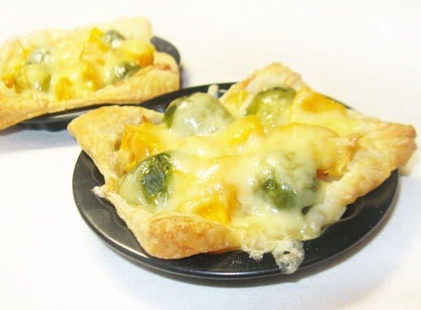 Открытые пирожки с тыквой и брюссельской капустой - рецепт с фото