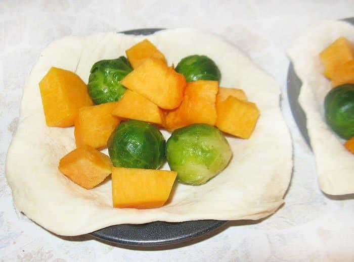 Фото рецепта - Открытые пирожки с тыквой и брюссельской капустой - шаг 3