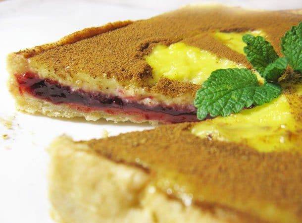 Пирог со сливами, сметаной и корицей