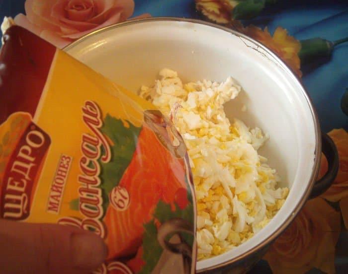 Фото рецепта - Салат из плавленых сырков в тарталетках - шаг 2