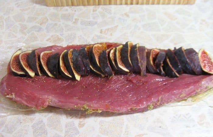 Фото рецепта - Свиная вырезка, фаршированная инжиром - шаг 6