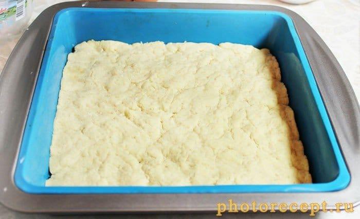 Фото рецепта - Творожная запеканка с красной смородиной и меренгой - шаг 2