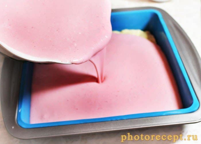 Фото рецепта - Творожная запеканка с красной смородиной и меренгой - шаг 6