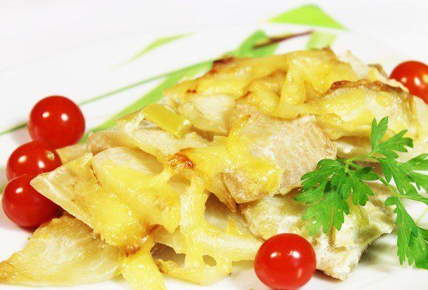 Запеченный сельдерей с перцем, сыром и сливками