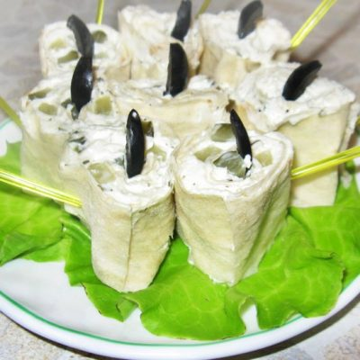 Рулеты из лаваша с творожно-сырной начинкой - рецепт с фото