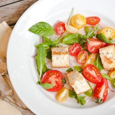 Салат с помидорами и гренками - рецепт с фото