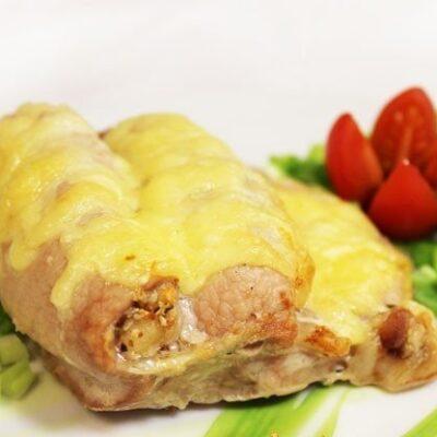 Антрекот, запеченный с орехами и помидорами - рецепт с фото