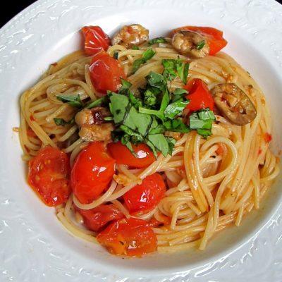 Спагетти с оливками и помидорами в сливочном соусе - рецепт с фото