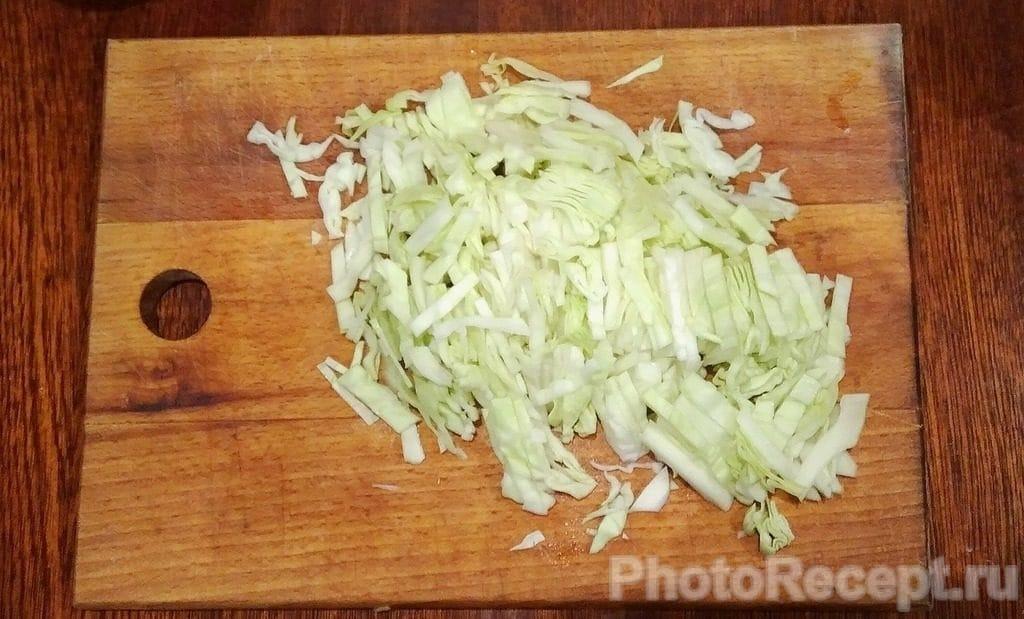 Фото рецепта - Салат из капусты, огурцов, ветчины и сыра - шаг 2