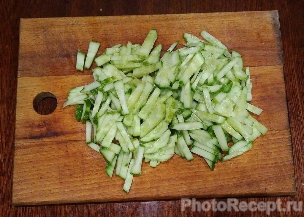 Фото рецепта - Салат из капусты, огурцов, ветчины и сыра - шаг 3