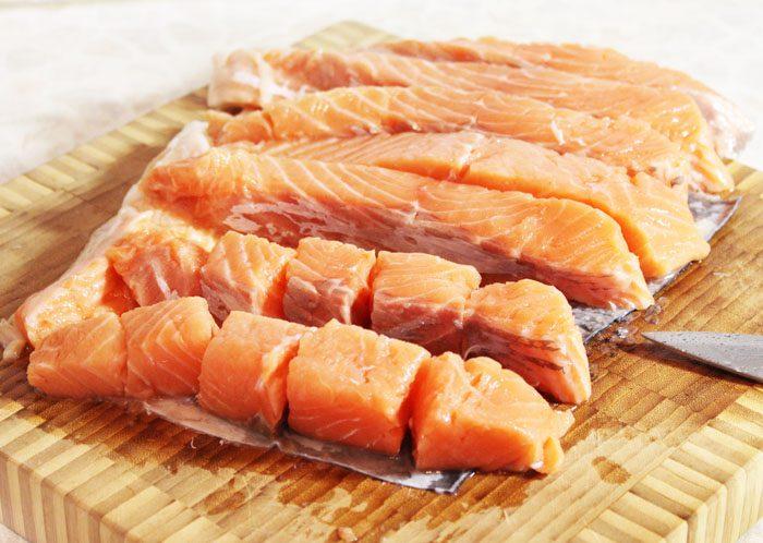 Фото рецепта - Шашлык из рыбы, маринованный в соевом соусе - шаг 2