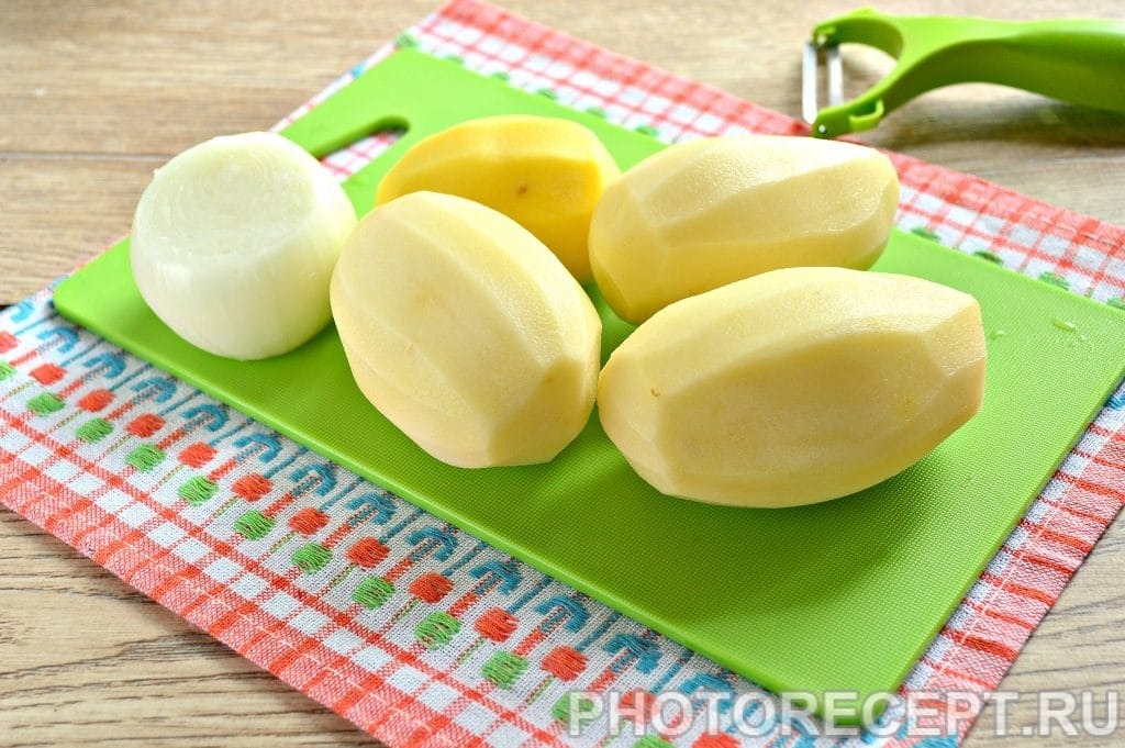 Фото рецепта - Жареная картошка с луком на сковороде - шаг 1