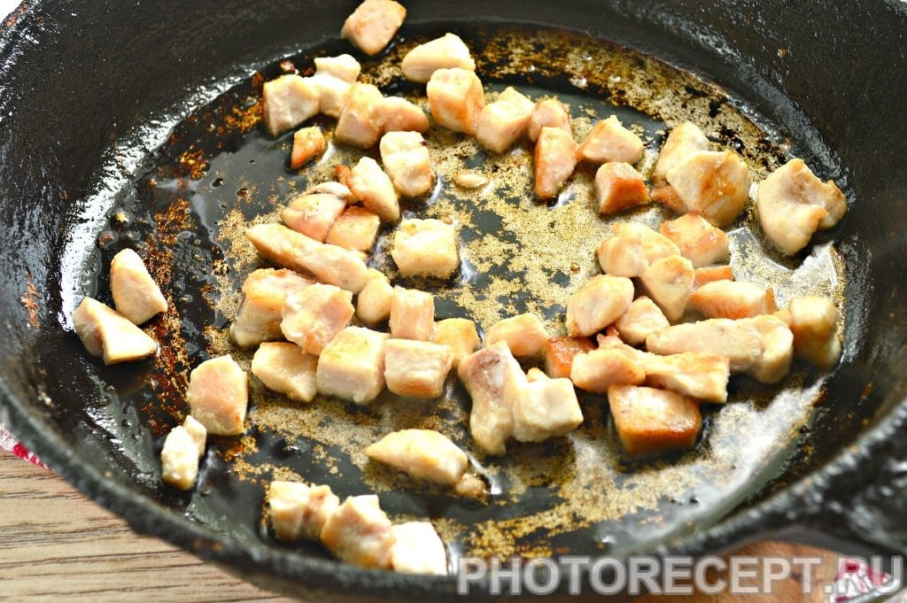 Фото рецепта - Салат с куриной грудкой и ананасами - шаг 2