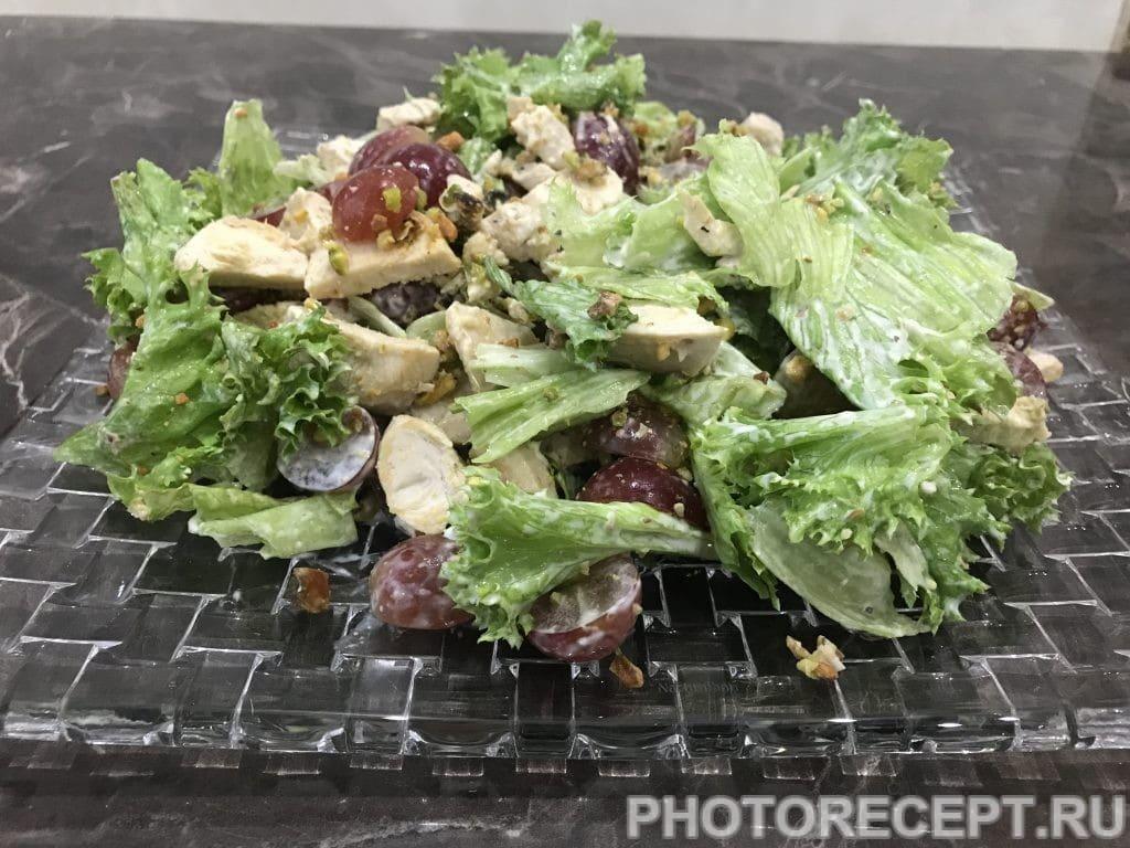 Фото рецепта - Салат с курицей, виноградом и фисташками - шаг 5