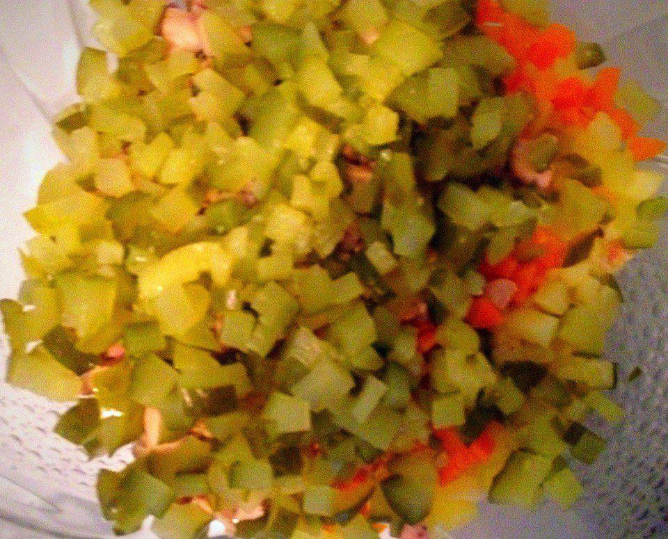 Фото рецепта - Классический салат Оливье с курицей - шаг 6