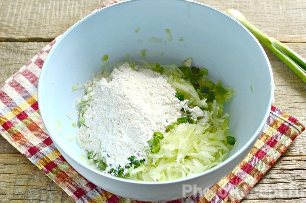 Фото рецепта - Драники из кабачка с зеленью - шаг 4