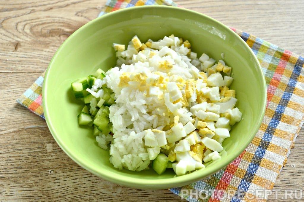 Фото рецепта - Салат с кукурузой, крабовыми палочками и огурцом - шаг 4