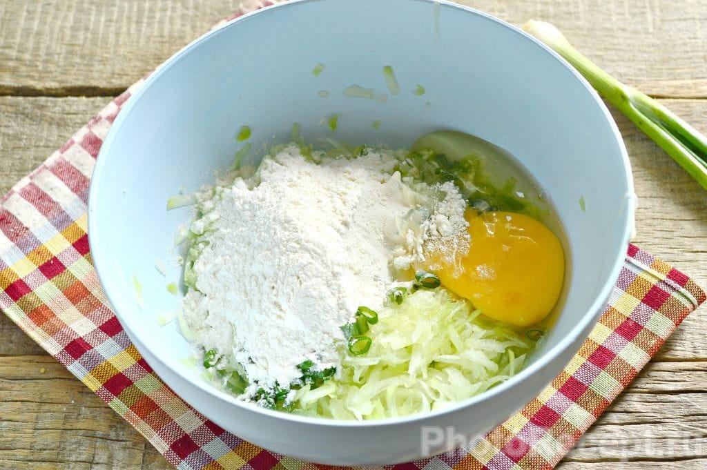 Фото рецепта - Драники из кабачка с зеленью - шаг 5