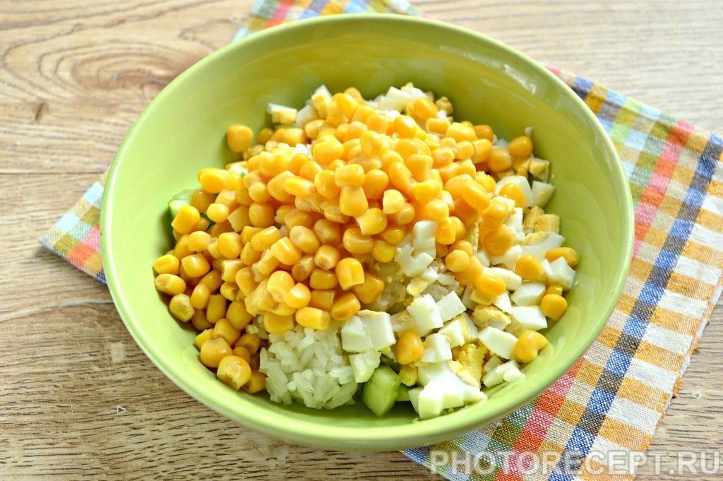 Фото рецепта - Салат с кукурузой, крабовыми палочками и огурцом - шаг 5