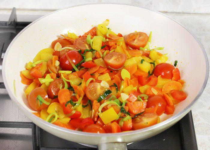 Фото рецепта - Гречневая лапша с овощами в соевом соусе - шаг 6