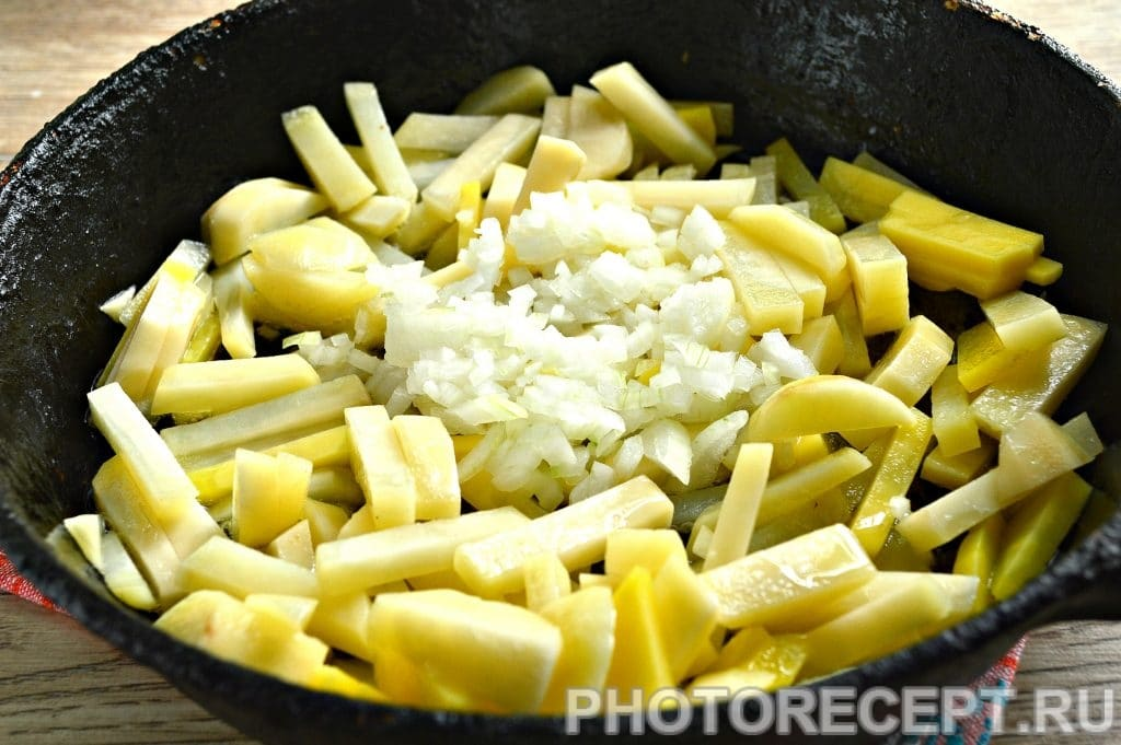 Фото рецепта - Жареная картошка с луком на сковороде - шаг 5
