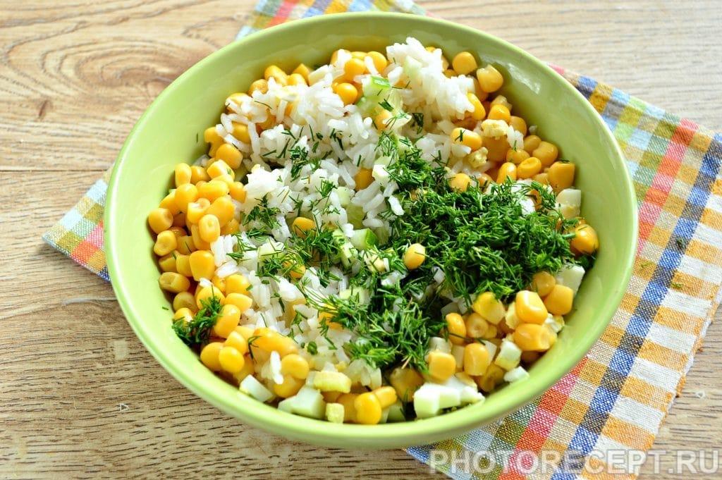 Фото рецепта - Салат с кукурузой, крабовыми палочками и огурцом - шаг 6