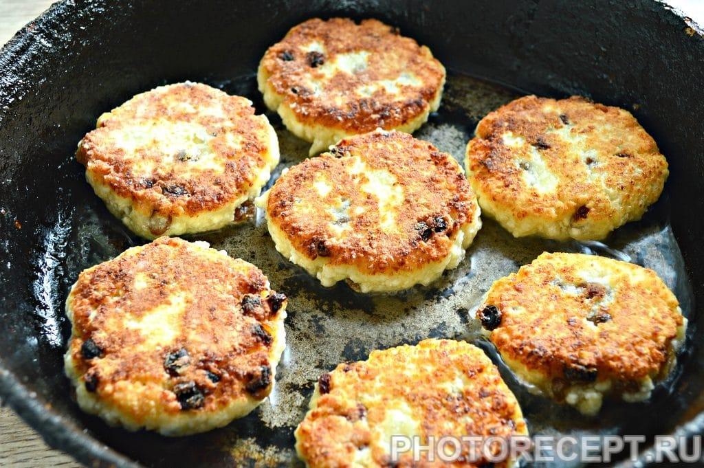 Фото рецепта - Сырники из творога с изюмом - шаг 6