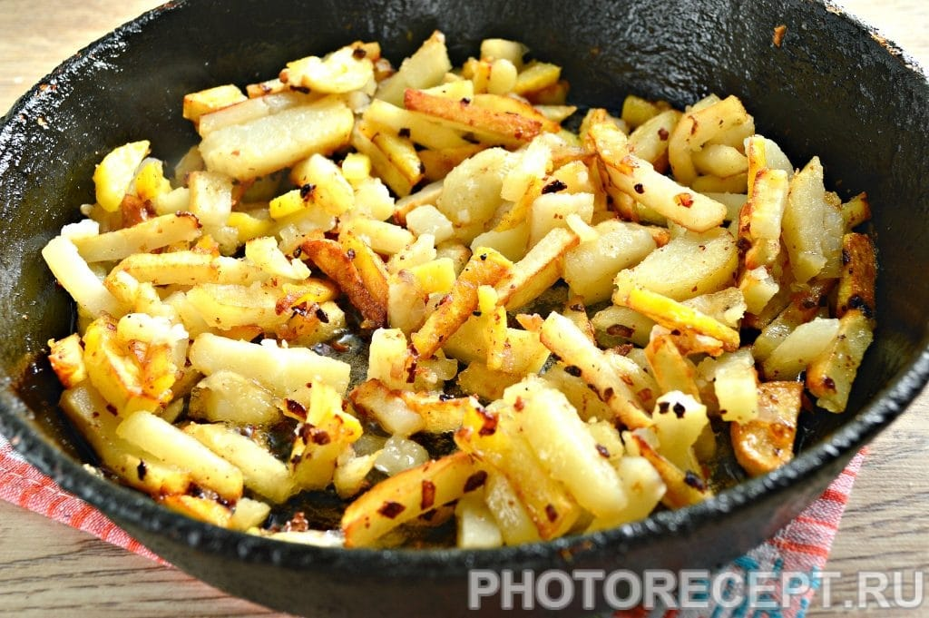Фото рецепта - Жареная картошка с луком на сковороде - шаг 7