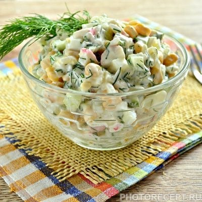 Салат с кукурузой, крабовыми палочками и огурцом - рецепт с фото