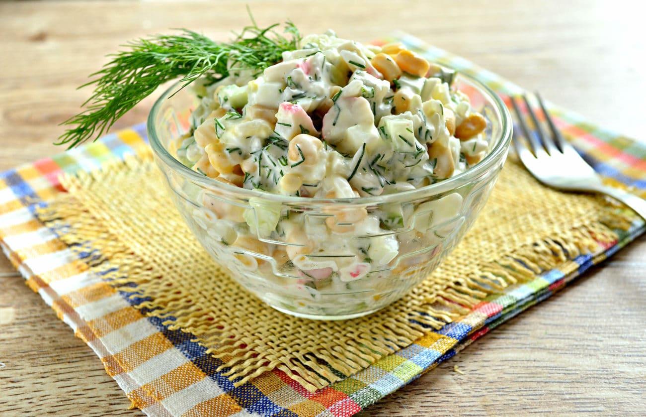 Салат с кукурузой, крабовыми палочками и огурцом