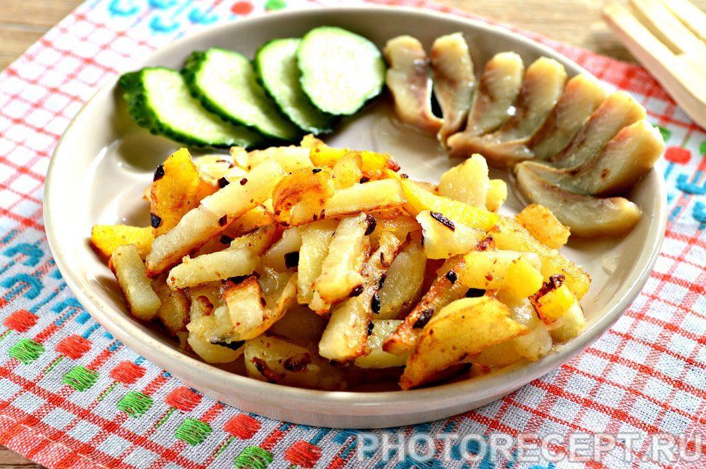 Фото рецепта - Жареная картошка с луком на сковороде - шаг 8