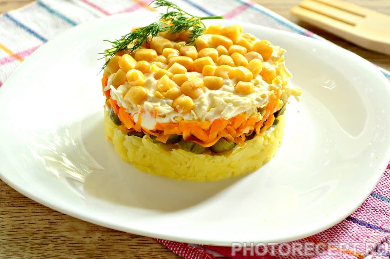 Слоеный салат с солеными огурцами